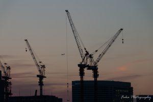横浜 タワークレーンと飛行機