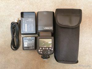 Godox 「V860IIC」の同梱物(ミニスタンドはケースの中にありました)
