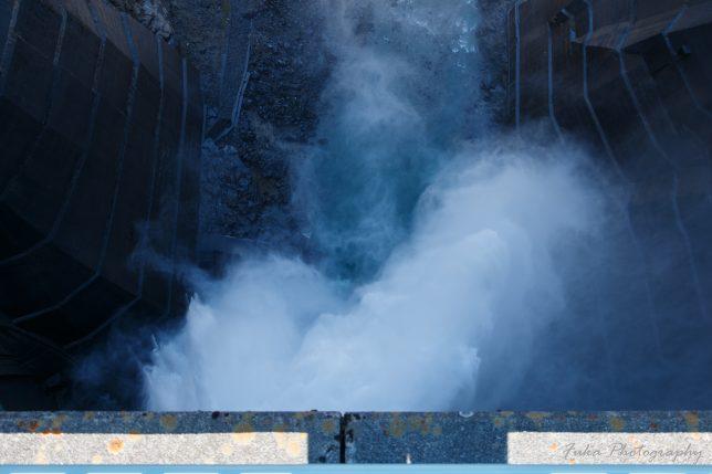 黒部ダム 黒部ダムの中心から見た放水