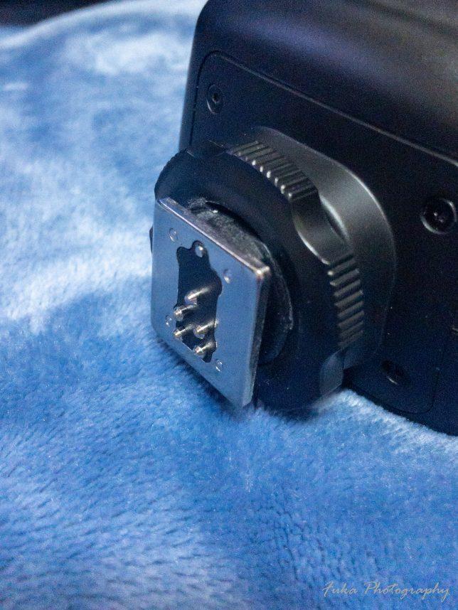 Godox 「Ving V860IIC 」のロックネジをフリーの方に回して ロックピンが引っ込んでいるところ