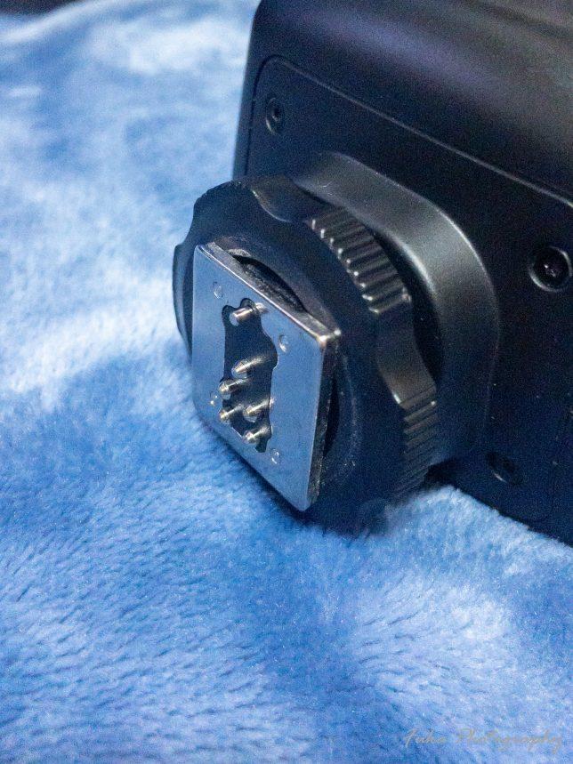 Godox 「Ving V860IIC 」のロックネジを固定の方に回して ロックピンが出ているところ