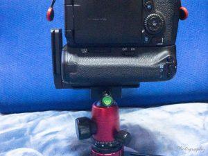 EOS70DのバッテリーグリップにMENGS 「L型プレート MPU-100」を取り付けてMOMAN 自由雲台付き ミニ三脚に取り付け